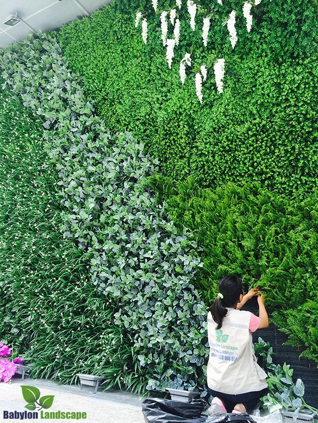 So sánh vườn đứng cây thật và cây giả