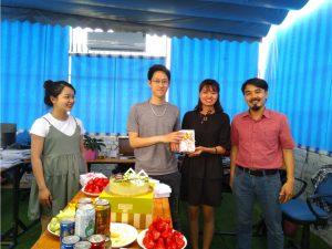 Tặng quà và cắt bánh chúc mừng ngày sinh nhật